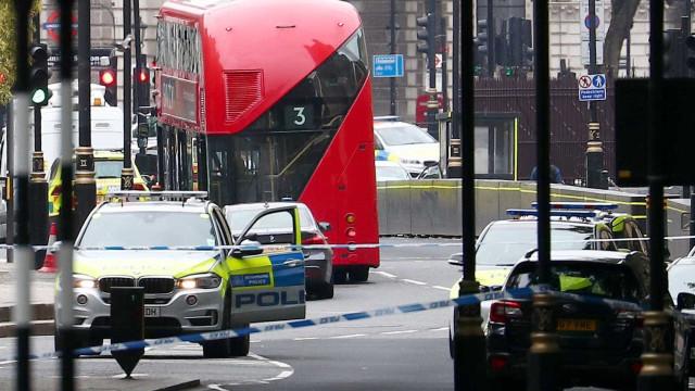 Três pessoas são atropeladas perto de mesquita em Londres