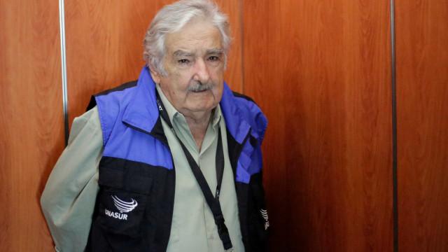 Mujica renuncia ao cargo de senador no Uruguai