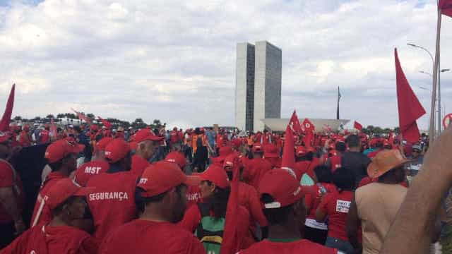 Protesto a favor de Lula bloqueia eixo da Esplanada dos Ministérios