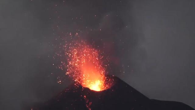 Vídeo mostra força das erupções de vulcão na Indonésia