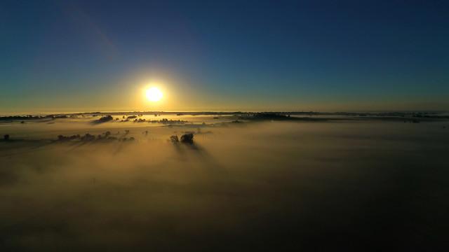 Drone mostra belas cores do Colorado sob neblina