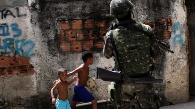 Exército investiga uso de brinquedos como barreiras do tráfico no Rio