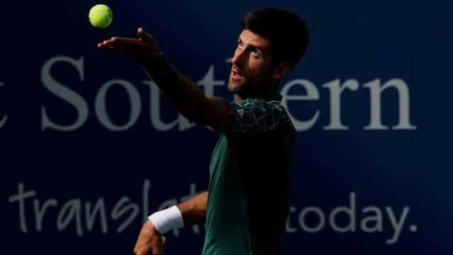 Djokovic destrói raquete após erro, mas avança à semifinal