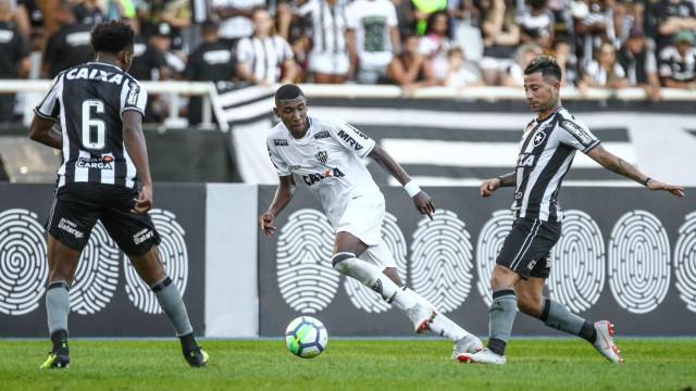 No Rio, Atlético-MG vence Botafogo por 3 a 0 e se aproxima do G-4