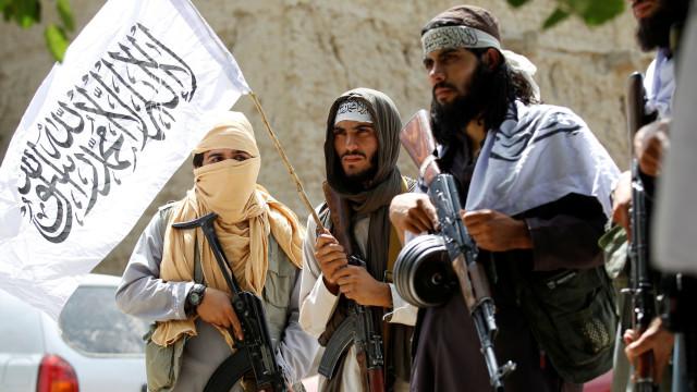 Talibãs atacam ônibus e fazem mais de 100 reféns no Afeganistão