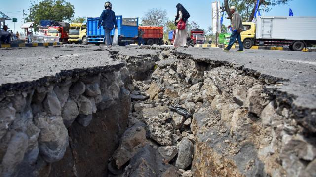Dois sismos atingem a Indonésia em menos de 12 horas e deixam 10 mortos