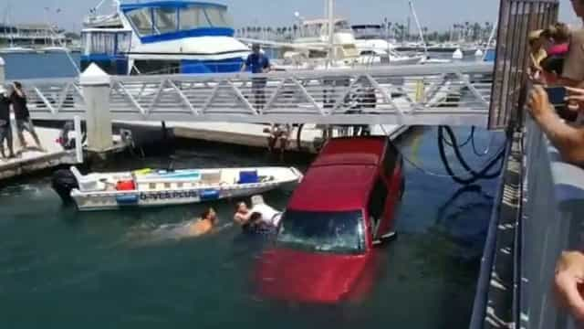 Homens salvam família de se afogar em carro nos EUA; vídeo