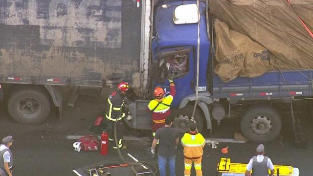 Motorista fica preso nas ferragens após acidente no Rodoanel