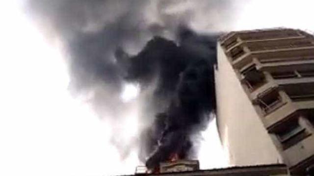 Incêndio de grandes proporções atinge prédio no Centro do Rio; vídeo