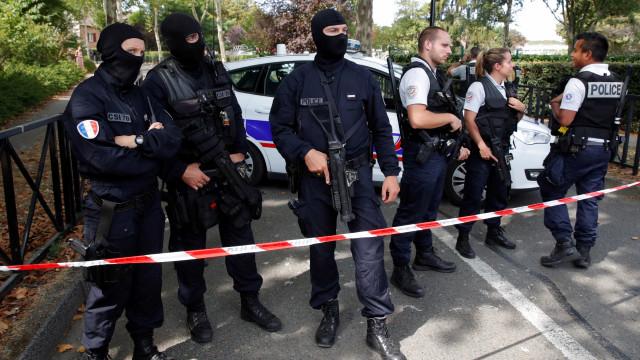 Homem mata mãe e irmã em ataque a faca na França