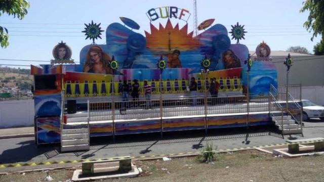 Meninas são arremessadas de brinquedo em parque de diversão