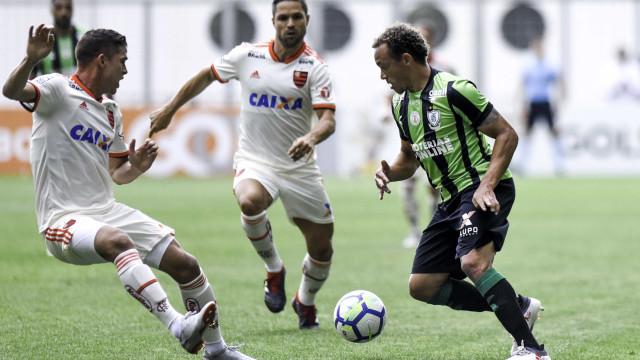 Flamengo empata com o América-MG e fica mais longe do SPFC