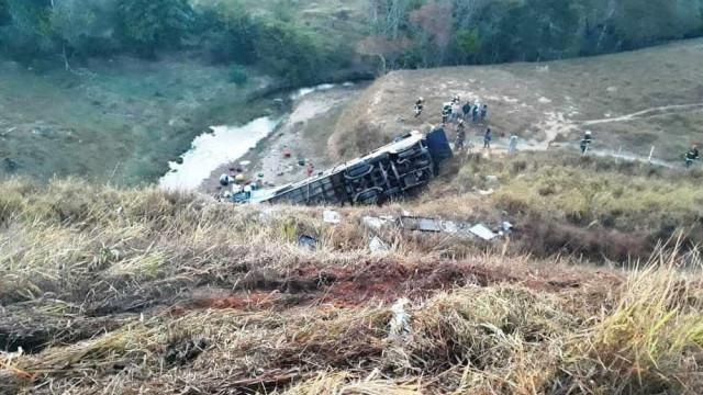 Ônibus capota em MG e deixa mortos e feridos