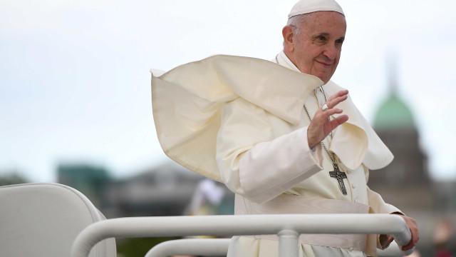 Papa Francisco doa 40 mil crucifixos para fiéis