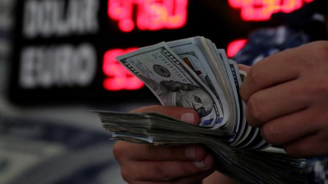 Dólar oscila após ir a R$ 4,16 nesta quarta