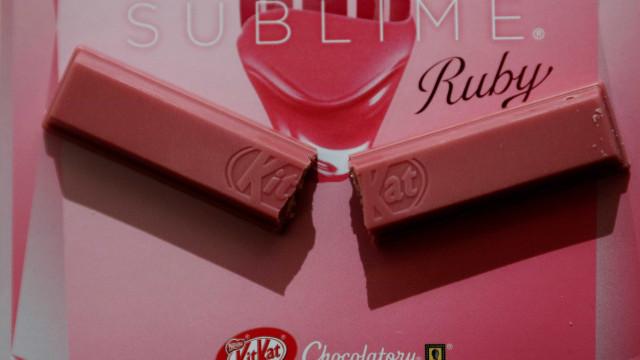 Kit Kat lança edição limitada de chocolate rosa no Brasil