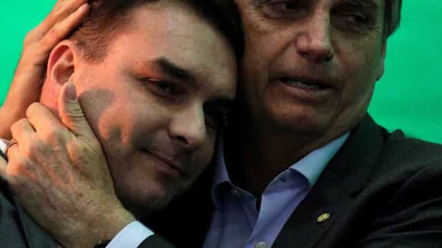 Bolsonaro recebe visita de Flávio após revelação de depósitos suspeitos