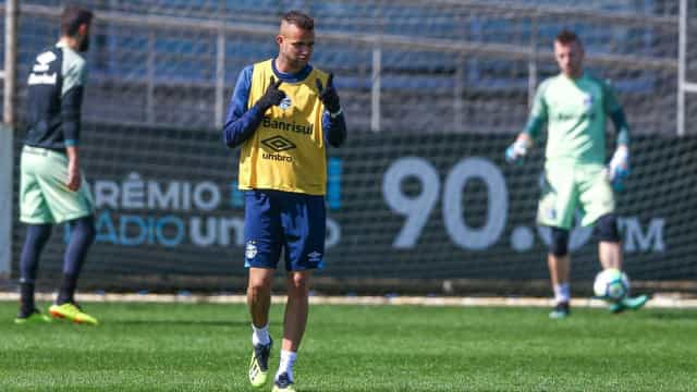 Luan volta a treinar no Grêmio depois de susto e enfrenta o Santos