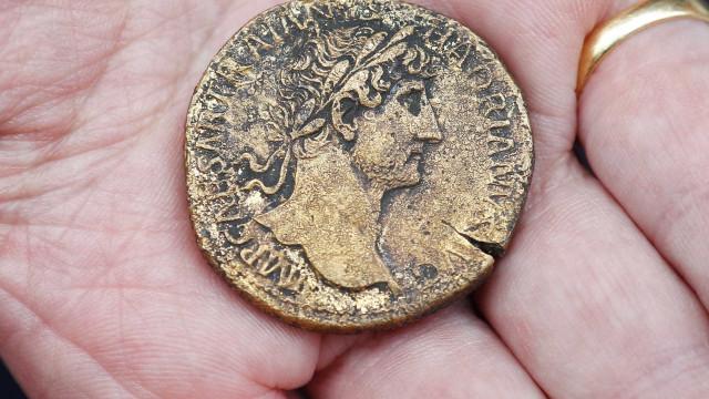 Itália encontra 'tesouro' de 300 moedas de ouro romanas