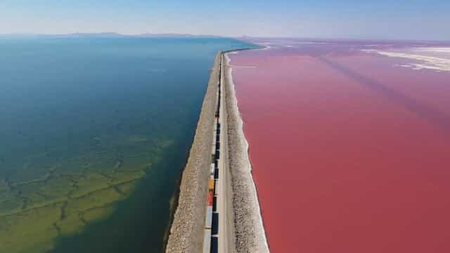 O magnífico contraste de cores no Great Salt Lake, Utah