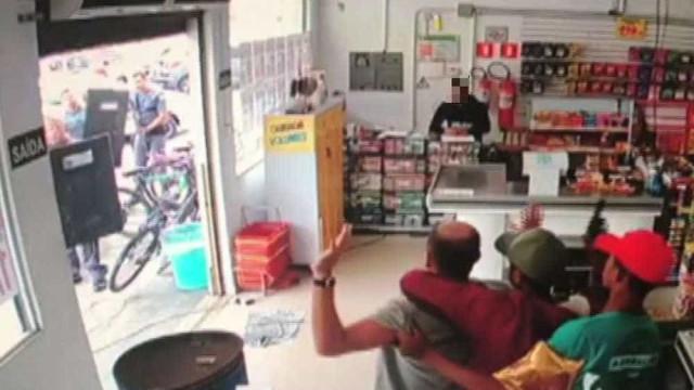 Menores fazem refém de 'escudo-humano' em loja de doces