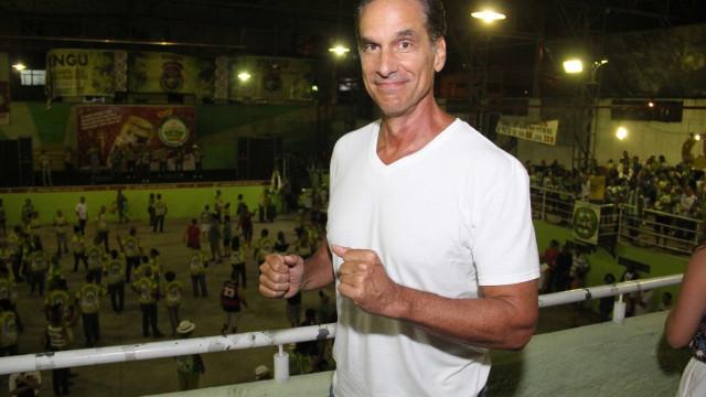 Victor Fasano posa nu e sem retoque aos 60 anos