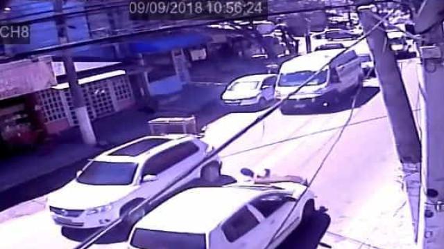 Homem se joga na frente de carro para fingir que foi atropelado; vídeo