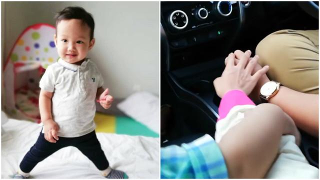 Bebê ciumento não quer dividir a mão da sua mãe com ninguém