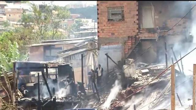 Incêndio deixa ao menos dez barracos destruídos na zona sul de SP