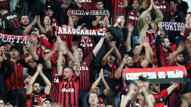 Atlético-PR faz dois em cada tempo e goleia América-MG