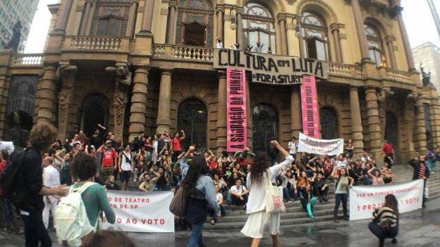 Após alteração no Fomento de Teatro, artistas ocupam Municipal de SP