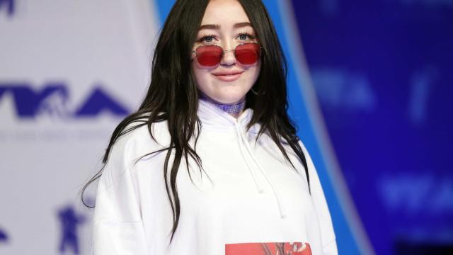 Irmã de Miley Cyrus vende frasco com suas lágrimas por 12 mil dólares