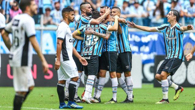Ceará assusta, mas Grêmio vira em casa e se aproxima da liderança