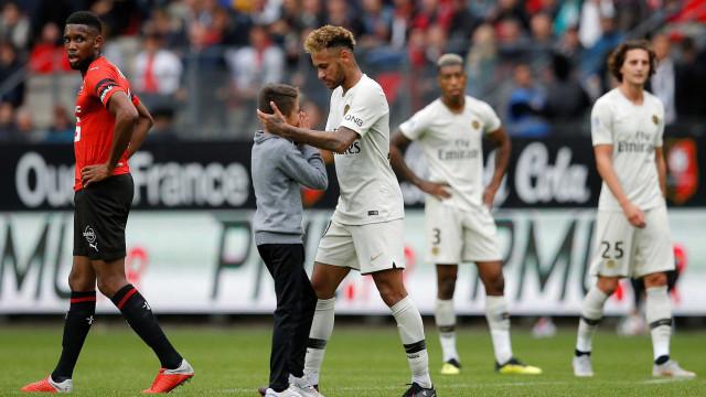 Garoto invade campo, abraça Neymar e ganha camisa do craque; vídeo