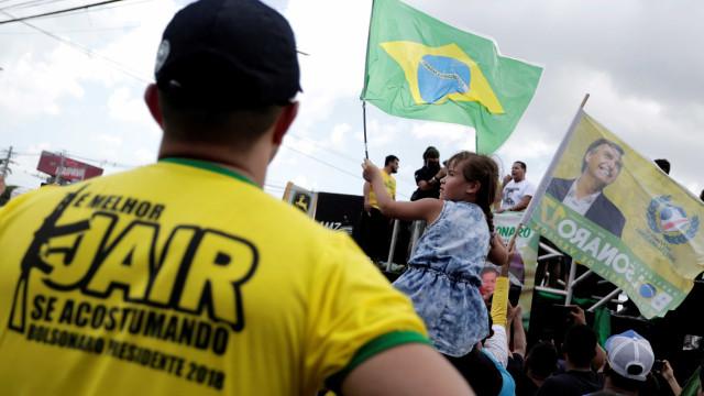 Ato em apoio a Bolsonaro compara mulheres de esquerda a cadelas; veja