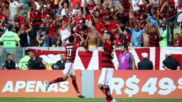 Flamengo vence Atlético-MG e alivia pressão sobre Barbieri