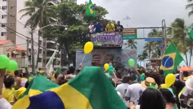 Apoiadores de Bolsonaro comparam mulheres a cadelas em música; vídeo