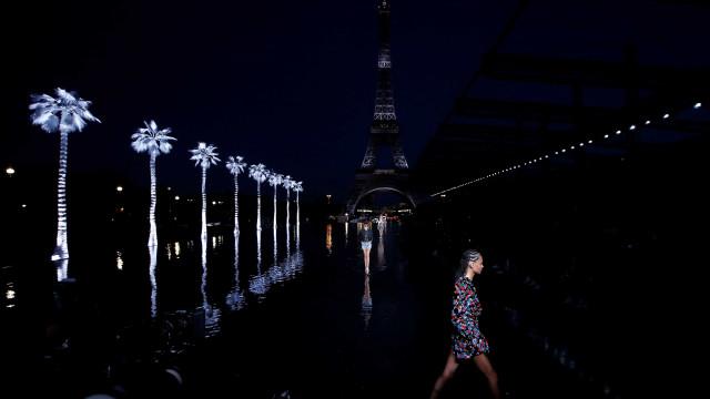 Saint Laurent ilumina torre Eiffel de branco para desfile em Paris