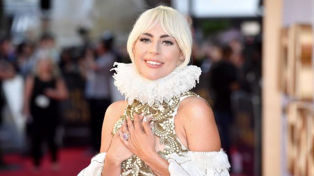 Lady Gaga impressiona com vestido monárquico em tapete vermelho