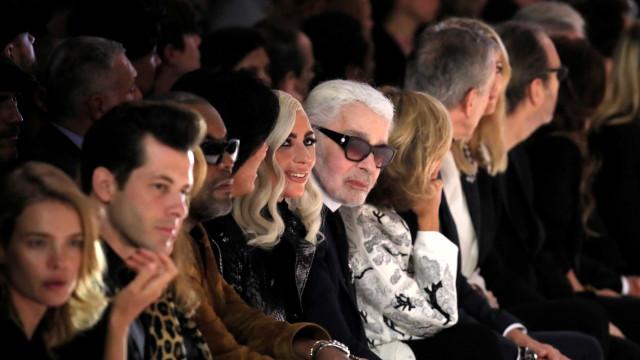 Com Lady Gaga, Hedi Slimane cria viúvos em desfile de estreia na Céline