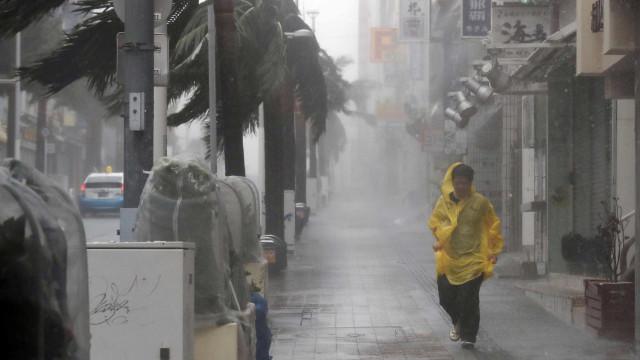 Tufão atinge o Japão com ventos de 216 Km/h