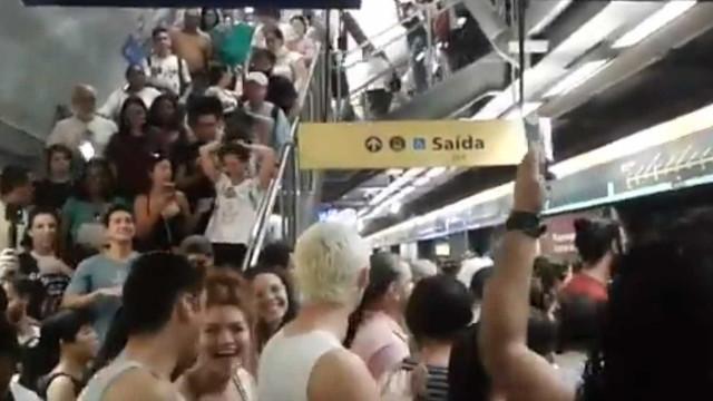 Manifestantes 'dominam' metrô de São Paulo aos gritos de 'Ele Não'