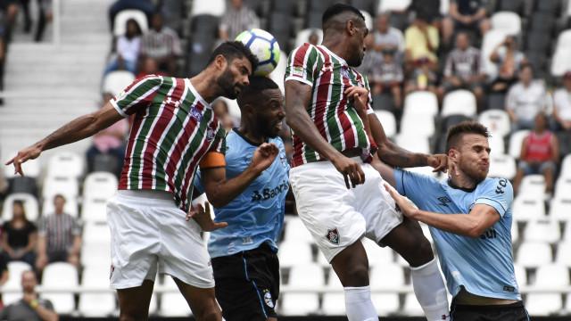 Grêmio vence Flu com gol de calcanhar aos 47 e cola no líder São Paulo