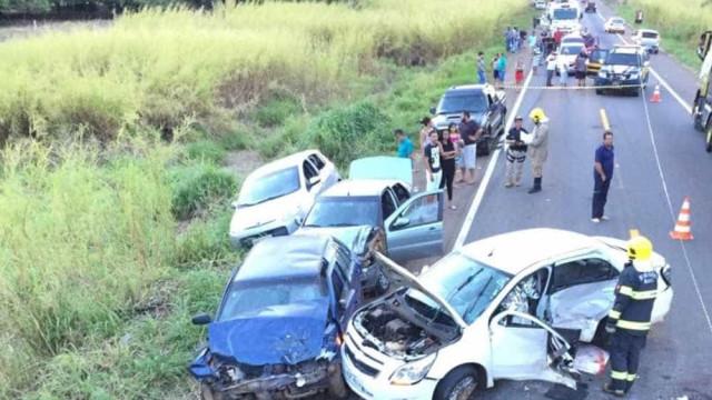 Acidente entre cinco veículos deixa mãe e bebê mortos e mais 7 feridos