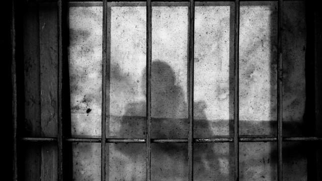 Criança vai visitar irmão na cadeia e é estuprada por outro detento