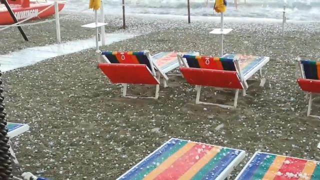 Tempestade de granizo assola praia italiana; assista