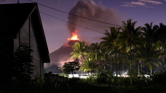 Após terremoto e tsunami, Vulcão entra em erupção na Indonésia
