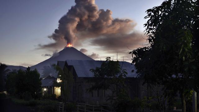 Vídeo mostra aflição de quem foge do vulcão em erupção na Indonésia
