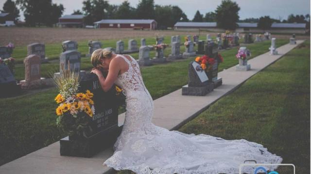 Jovem visita túmulo de noivo no dia em que iriam se casar