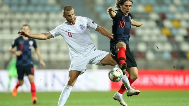 Croácia e Inglaterra empatam com portões fechados